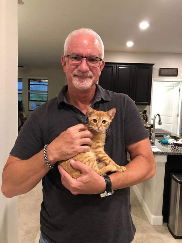 Мужчина и котенок