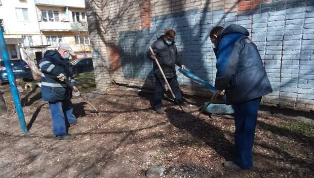 Коммунальщики убрали территорию тепловой подстанции в Климовске