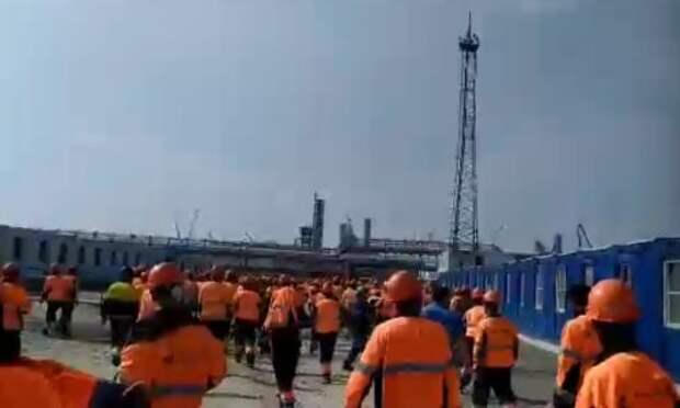 На Амурском ГПЗ устроили погром: по соцсетям разошлось видео с бушующими строителями
