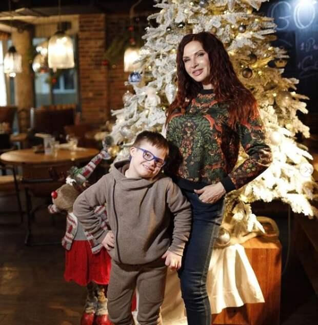 эвелина бледанс с сыном возле елки