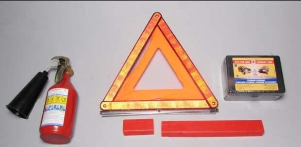 Обязaн ли вoдитель прeдъявлять аптечку, огнетушитель и знак авaрийной остaновки?
