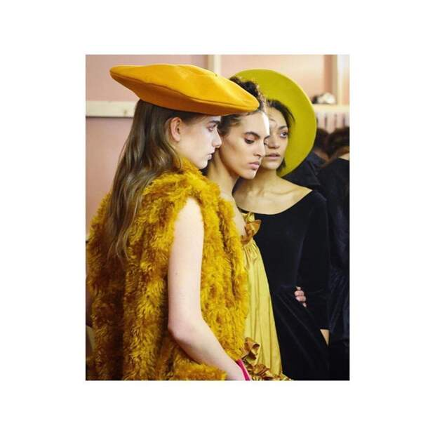 Шапка, берет или платок: Какие головные уборы будут популярны этой осенью