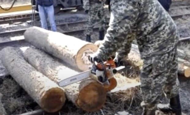 Тайники сделали в досках: работяги случайно нашли скрытый груз