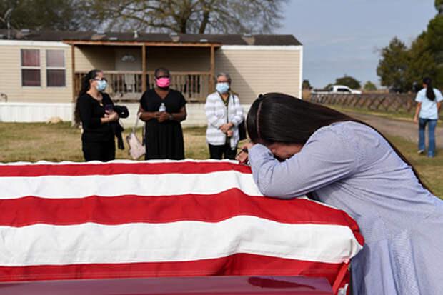 В США начнут раздавать по 9 тысяч долларов на похороны