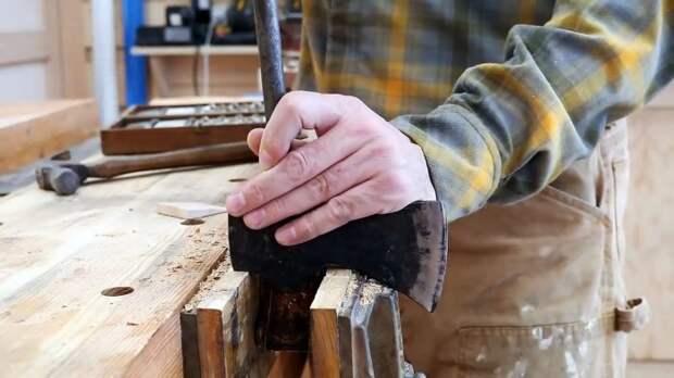 Как старое топорище заменить новым Используем масло вместо клея для клина
