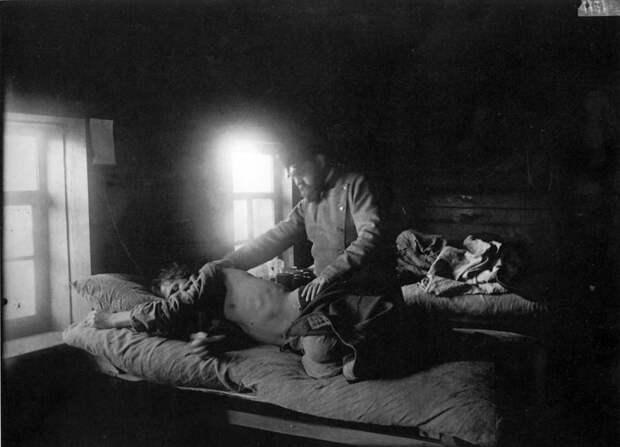 Доктор Решетилов осматривает больного сыпным тифом Кузьму Кашина в селе Накрусове. 1891-1892 гг.