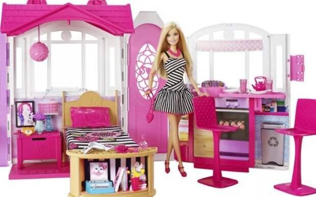 Обустраивать розовый домик Барби можно бесконечно.