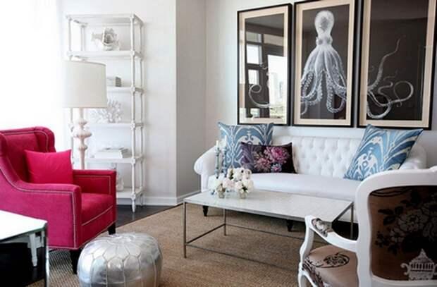 красное кресло и белый диван