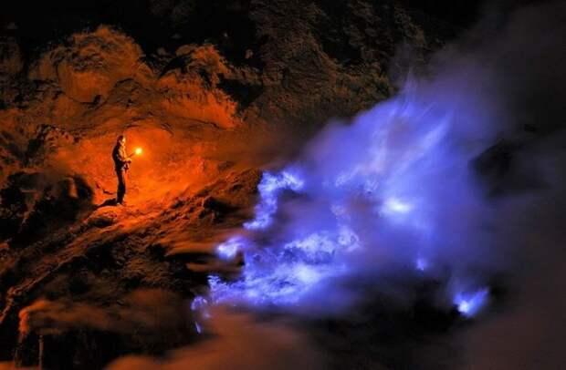 Неземное зрелище: красивое извержение вулкана Кавах-Иджен