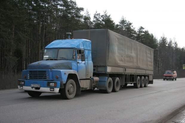 Видимо, тоже очень старый КрАЗ на самом деле: крылья характерной формы выдают, что за основу взята кабина еще от 250-го. авто, автотюнинг, грузовик, краз, самосвал, советская техника, тюнинг, тягач