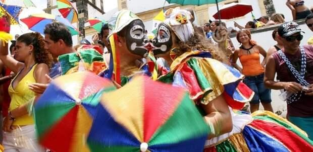 Кровать одетый, целоваться во время парада блока Трески Картофель, в Олинде (PE); уменьшение различных партнеров способствует, чтобы избежать загрязнения