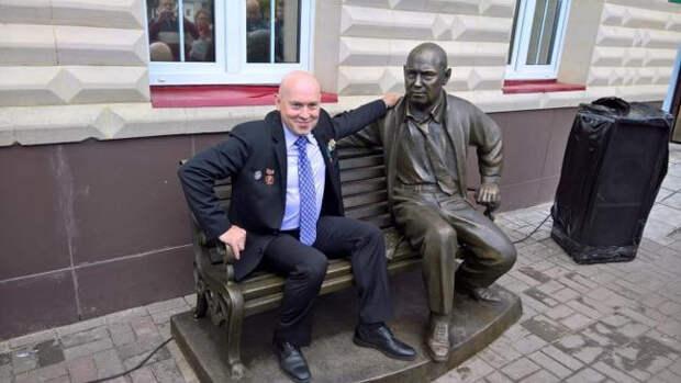 Шварценеггер, Расторгуев и еще 8 знаменитостей, которым поставили памятники при жизни.