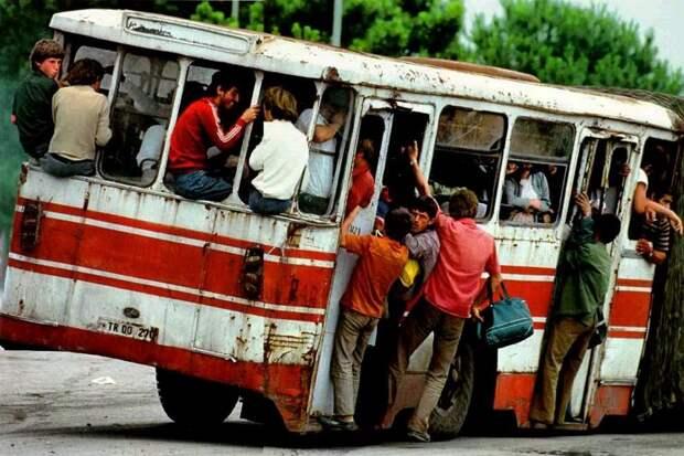 Этот вид автобуса в Тиране 1992 года даёт очень наглядное представление о ситуации: 1992, СССР, дорожное движение, капиталистические страны, прошлый век, соц. страны, страны третьего мира, улицы