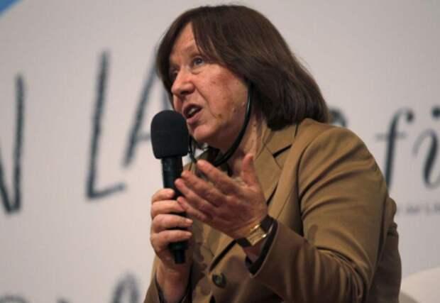 Лауреат Нобелевской премии по литературе 2015 года Светлана Алексиевич в Боготе, Колумбия, 21 апреля 2016 года. REUTERS/John Vizcaino
