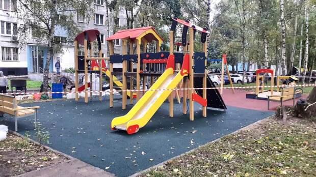 Во дворе дома на Абрамцевской детскую площадку откроют к концу сентября
