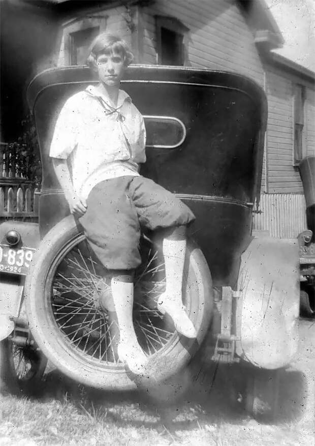 """Очаровательные фотографии """"крутых"""" девушек со своими машинами в 1920-х годах"""