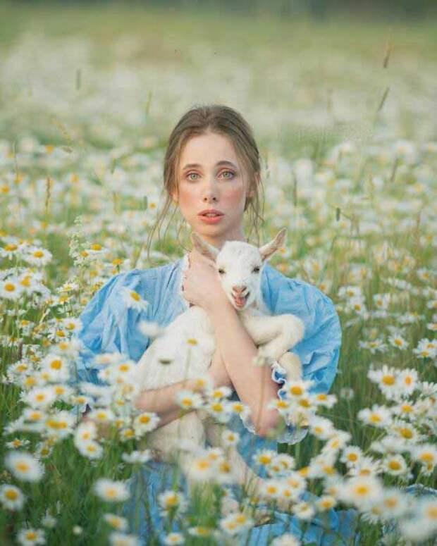 Фотограф старается находить между людьми и животными общие черты.
