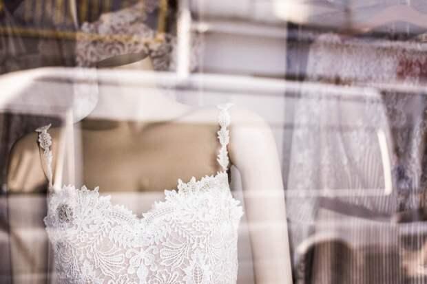Будущая невестка не хочет переносить дату свадьбы, чтоб свёкры смогли присутствовать.