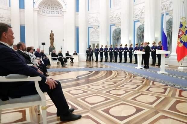 СМИ узнали о решении Кремля наградить чиновников и артистов по итогам плебисцита