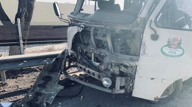 Водитель автобуса вРостовской области был ранен вДТП сгрузовиком