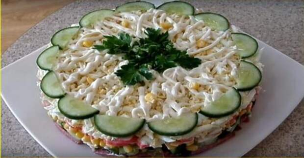 Рецепт нежного слоеного салата, который станет главной закуской на праздничном столе