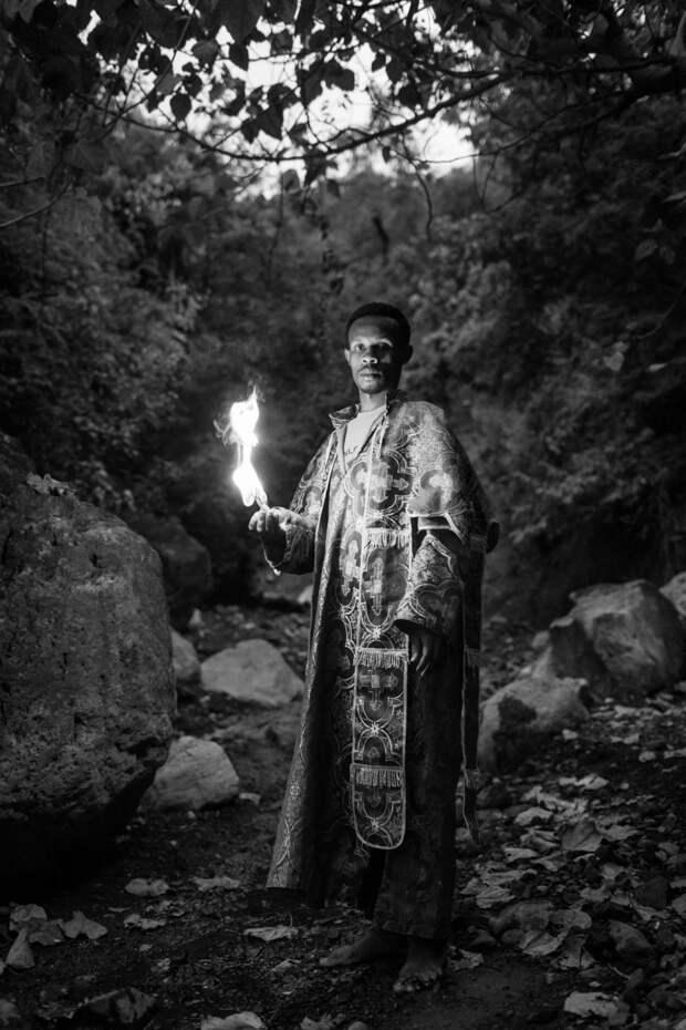Фотографии массового экзорцизма в Эфиопии. Фотограф Роберт Уоддингем 3