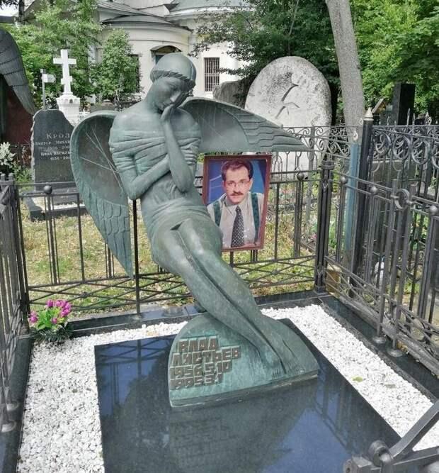 Гуляем по знаменитому некрополю: как выглядят могилы актеров на Ваганьковском кладбище? Часть 8