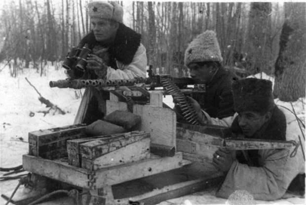 Партизаны с трофейным немецким пулемётом. /Фото:pogranec.ru