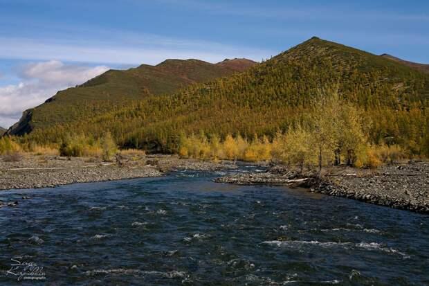 Осень везде очень красива. Когда идёшь от Момы вверх по реке Матага-Эселях, примерно до среднего течения всё ещё встречаются деревья по берегам и на склонах, но чем выше, тем растительности становится всё меньше. Интересную версию названия реки мне здесь поведали. Эселях это вообще можно перевести на русский как Медвежий. А матага это вьючная сума. Так вот жил вроде здесь когда-то один эвенский князёк, довольно богатый и с большим оленьим стадом. Но большое у него было не только стадо, но и живот, прямо как полный матага.
