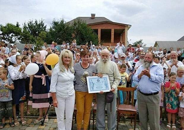 87-летний украинец - глава самой большой в мире семьи Павел Семенюк, большая семья, дела семейные, мировой рекорд, многочисленное потомство, необычно, семья, украина