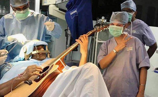Этот парень играл на гитаре во время операции на мозг