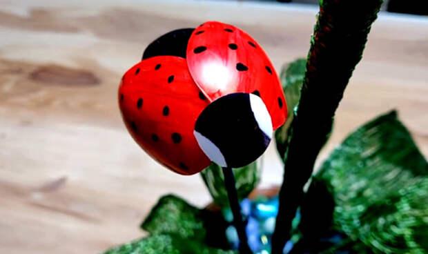 Милая идея для украшения сада из пластиковых ложек