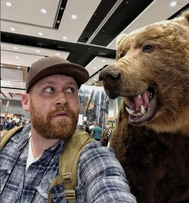 Селфи с чучелом медведя.