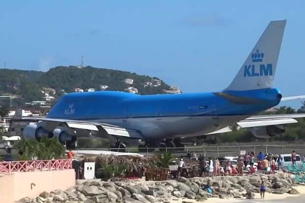 Самолет пошел на посадку сдул пляж с туристами в море