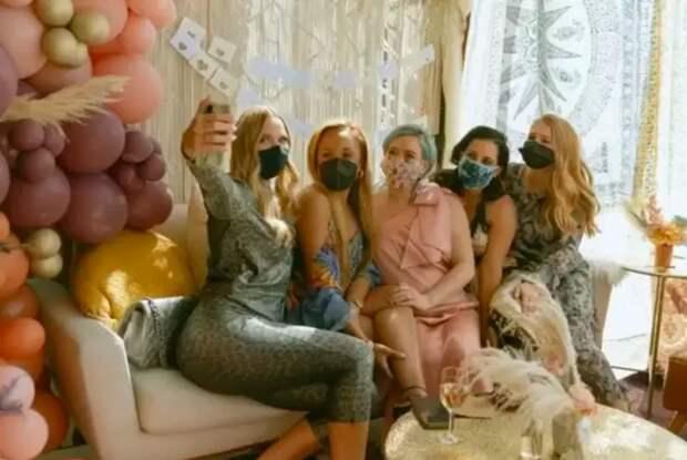В стиле бохо: Хилари Дафф в новом образе провела вечерину в честь будущего ребенка