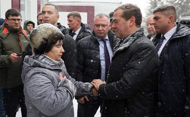 На фото: премьер-министр РФ Дмитрий Медведев (второй справа) во время общения с жителями села Санниково