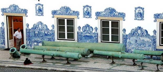 У стены Лиссабонского музея артиллерии лежит «Гром Диу» — василиск (большая кулеврина) османского производства 1533 года, захваченный португальцами в арсенале Гуджарата в 1537 году. Ствол без цапф длиной 6,06 м и весом 19 494 кг; калибр канала соответствует железному ядру в 110 португальских фунтов (один португальский фунт, или арратель, равен 459 граммам) - Война Священной Лиги в 1539 году: падение Кастельнуово | Warspot.ru