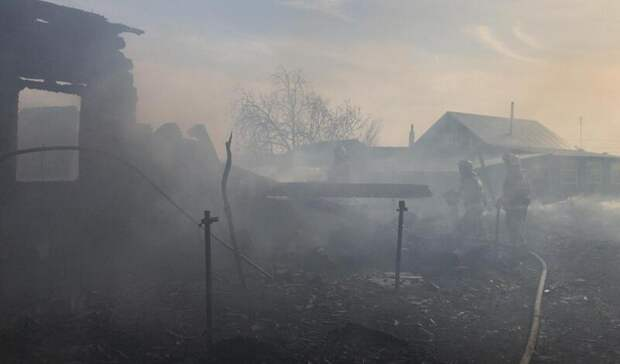 Три дома сгорели в Пышме из-за сильного ветра
