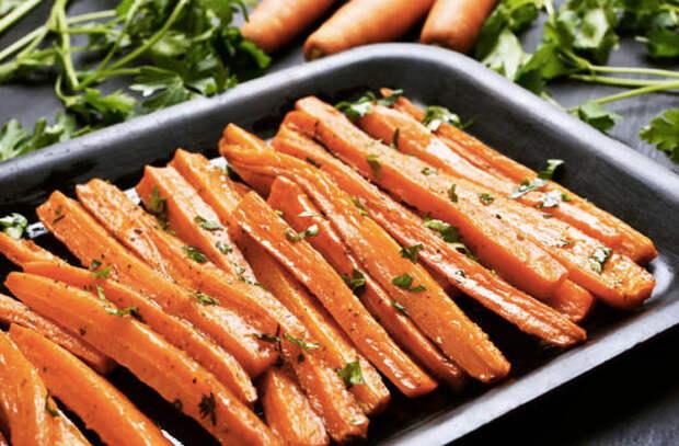 Запекли обычную морковь: закуску-гарнир просят по две тарелки