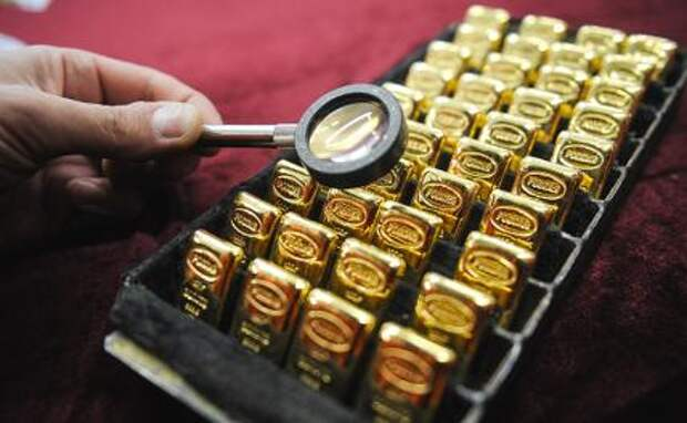 На фото: золотые банковские слитки