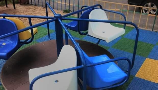 УК Подольска отремонтировала карусель на детской площадке