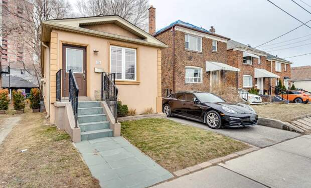 Площадка возле дома в Торонто (Канада). Дом за 1.3 млн. кан. долларов. Выгладит не очень, места мало, зато рядом красивая машина. И стоит все вместе космические деньги. Зачем им огород?:)