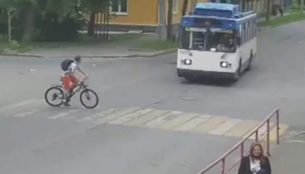 Водитель троллейбуса повздорил с юным велосипедистом в Петрозаводске