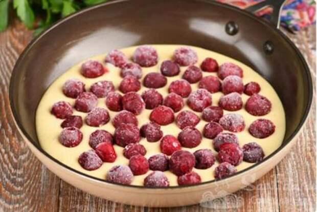 Просто заливаю замороженные ягоды быстрым тестом и готовлю на плите. Заливной пирог к чаю