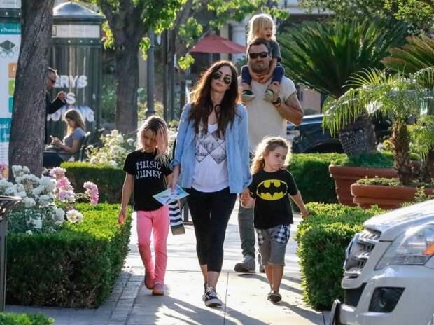Меган Фокс и Брайан Остин Грин с детьми на прогулке по Лос-Анджелесу