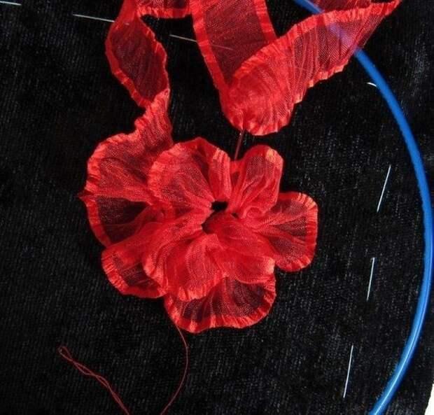 Вышивка лентами алых маков