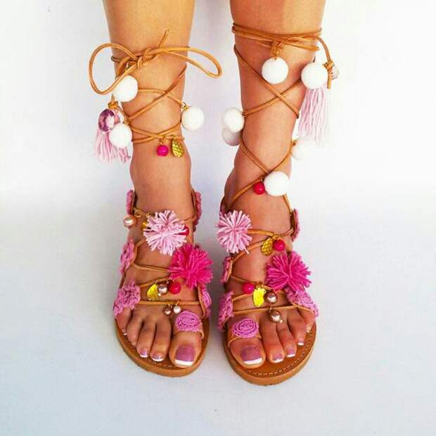 Яркая пляжная обувь (подборка)