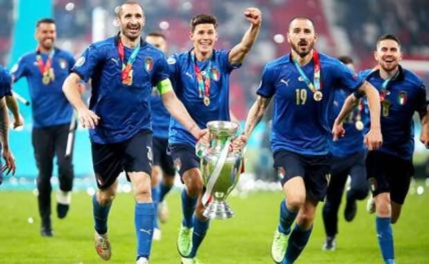 На фото: игроки сборной Италии радуется победе в финале чемпионата Европы по футболу.
