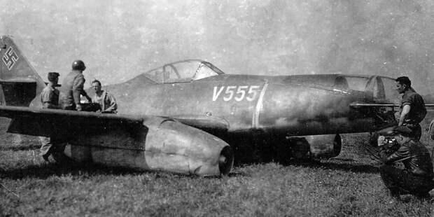 В роли бомбардировщика Ме.262 тоже смотрелся неочень, особенно нафоне специализированных машин, даже реактивных