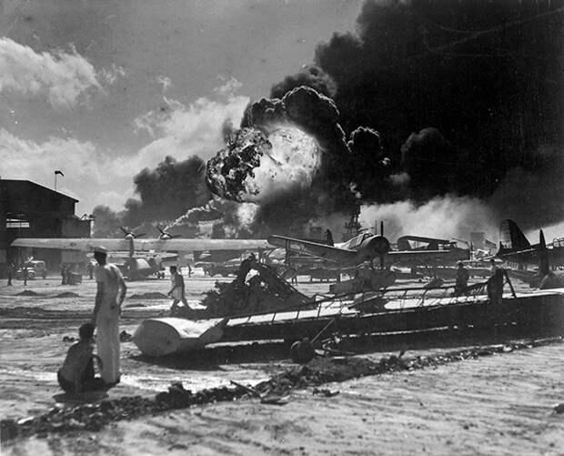 Моряки стоят на фоне крушение самолетов на гидросамолете Форд-Айленд ...